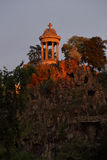 Parc Des Buttes Chaumont Paris Frankrike - det 19th området - SOLNEDGÅNG - Augusti 2015 Arkivfoto
