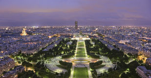 Parc DU Champ de Mars an der Dämmerung Lizenzfreie Stockbilder