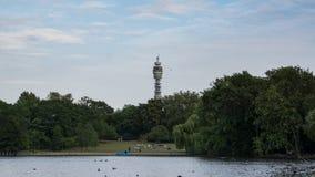 Parc du ` s de régent à Londres, Angleterre avec le lac dans le premier plan, et la tour de BT derrière des arbres à l'arrière-pl images libres de droits