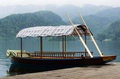 Parc en bois traditionnel de bateau au lac Bled Image stock