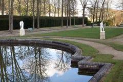 Parc et étang de château dans des Frances de Saint Cloud Photo stock