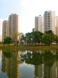Parc et bâtiments photographie stock