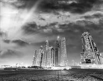 Parc et horizon de marina de Dubaï au coucher du soleil Image stock