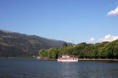 Parc et lac de ville d'Ioannina Photographie stock