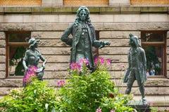 Parc et monuments au théâtre national à Oslo Image stock