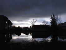 Parc et vieilles maisons dans la ville de Silute, Lithuanie Image libre de droits