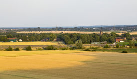 Parc et village de panneau solaire photos stock