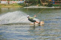 Parc extrême, Kiev, Ukraine - peuvent, 07, 2017 - sauter pratiqué par jeune homme chez Wakeboarding Photo traitant le grain Photo libre de droits