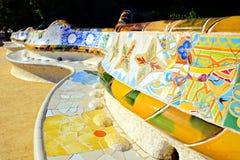 Parc Guell,巴塞罗那,西班牙五颜六色的马赛克墙壁  免版税库存照片