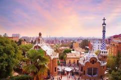 Parc Guell à Barcelone au coucher du soleil Photographie stock libre de droits
