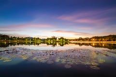 Parc historique national de Sukhothai entre la nuit et le coucher du soleil Photographie stock libre de droits