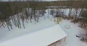 Parc local en hiver avec la neige banque de vidéos