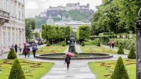 Parc luxuriant magnifique avec le château à l'arrière-plan Photos stock