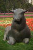 Parc merveilleux de sculpture à Changhaï Taureaux se reposant sur des fleurs Photo libre de droits