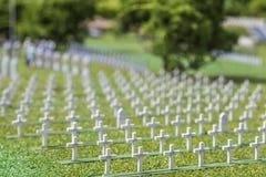 Parc miniature de cimetière avec beaucoup de croix blanches d'herbe verte image libre de droits