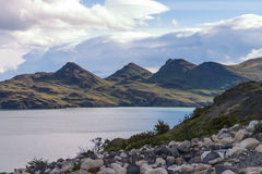 Parc national chilien avec des cailloux de lac dans le premier plan Photographie stock