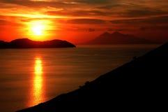 Mer de coucher du soleil dans des îles de komodo Photographie stock