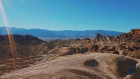 Parc national de Death Valley un jour ensoleillé - beau désert californien banque de vidéos