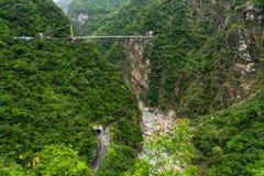 Parc national de gorge de Taroko ? Ta?wan Belles collines vertes couvertes de feuillage luxuriant avec le tunnel et le pont suspe images stock