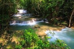 Parc national de Huai Mae Khamin Waterfall Khuean Srinagarindra, forêt tropicale, beaux cascade et populaire avec des touristes p photographie stock libre de droits