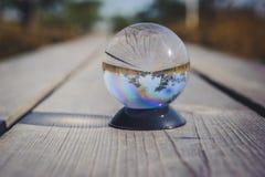 Parc national de Kemeri dans la boule en verre Angle faible Photographie stock