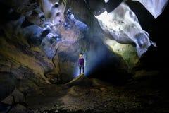 Parc national de Phong Nha KE/Vietnam, 15/11/2017 : Position rétro-éclairée de femme sur une roche à l'intérieur de la caverne de photo libre de droits