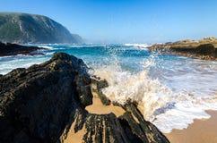 Parc national de Tsitsikamma, vagues de l'Océan Indien de paysage, roches L'Afrique du Sud, itinéraire de jardin photos stock
