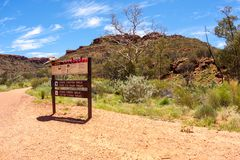 Parc national de Watarrka, Australie - 30 décembre 2008 : Indicateur aux Rois Canyon, territoire du nord, Australie photo libre de droits