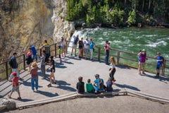PARC NATIONAL DE YELLOWSTONE, WYOMING, ETATS-UNIS - 17 JUILLET 2017 : Les touristes observant et prenant des photos de Yellowston Images libres de droits