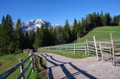 Parc national Durmitor dans le Monténégro Montagnes dans la neige et la route avec la barrière Photographie stock libre de droits