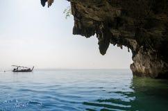 Parc national en baie de Phang Nga avec le bateau de touristes Images libres de droits