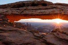 Parc national Mesa Arch de Canyonlands au lever de soleil Photos stock