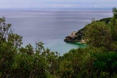 Parc naturel de bida de ¡ de Serra DA Arrà avec la vue aérienne du bida de ¡ de Portinho DA Arrà avec l'horizon, Setúbal - Portu photos libres de droits