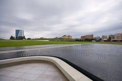 Parc près de Heydar Aliyev Center dans le jour nuageux Image libre de droits