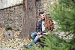 Parc se reposant d'automne de couples d'homme de fille Images libres de droits