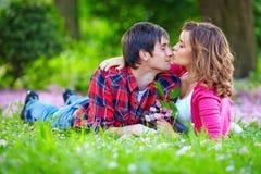 Parc tendre de couples de jeunes au printemps Photographie stock