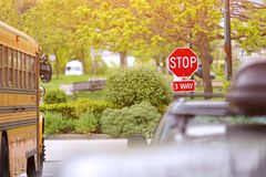 parc ? trois voies de ville de signe d'arr?t photos libres de droits