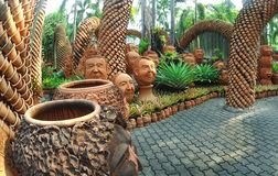 Parc tropical Nong Nooch à Pattaya avec une conception intéressante de paysage des pots en céramique avec des visages photos stock