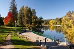 Parc urbain, lac et chemin pavé avec des escaliers images stock