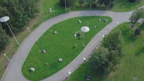 Parc vert et ses vastes pelouses une journée de printemps ensoleillée clip Antenne de bourdon de vol d'un parc de ville avec le c Photos stock