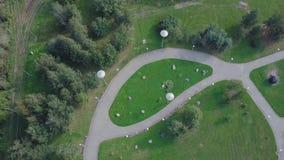 Parc vert et ses vastes pelouses une journée de printemps ensoleillée clip Antenne de bourdon de vol d'un parc de ville avec le c Photo libre de droits