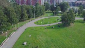 Parc vert et ses vastes pelouses une journée de printemps ensoleillée clip Antenne de bourdon de vol d'un parc de ville avec le c Images libres de droits
