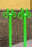 Parc vert métallique de vélo de signe Le centre historique de Kiev photographie stock libre de droits