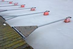 Parc vide de bateau sur le lac en hiver Photographie stock libre de droits