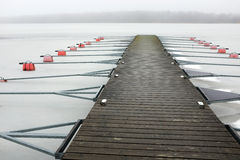 Parc vide de bateau sur le lac en hiver sous la neige Photos stock