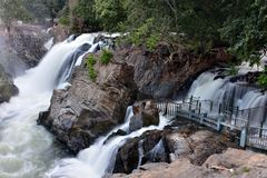 Parcela da montanha em quedas de Hogenakkal na Índia foto de stock