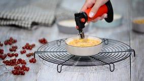 Parcela da queimadura de sobremesa do creme brulée na cozinha video estoque