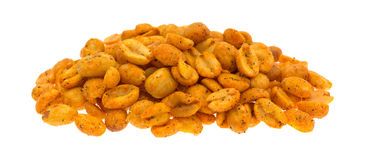 Parcela de amendoins quentes e picantes no fundo branco Fotografia de Stock