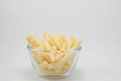 Parcela de batatas fritas (batatas fritadas) na bacia Fotografia de Stock Royalty Free