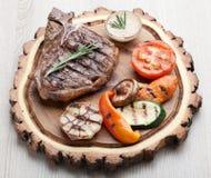 Parcela de bife do lombo do BBQ com molho e os vegetais grelhados Fotos de Stock Royalty Free